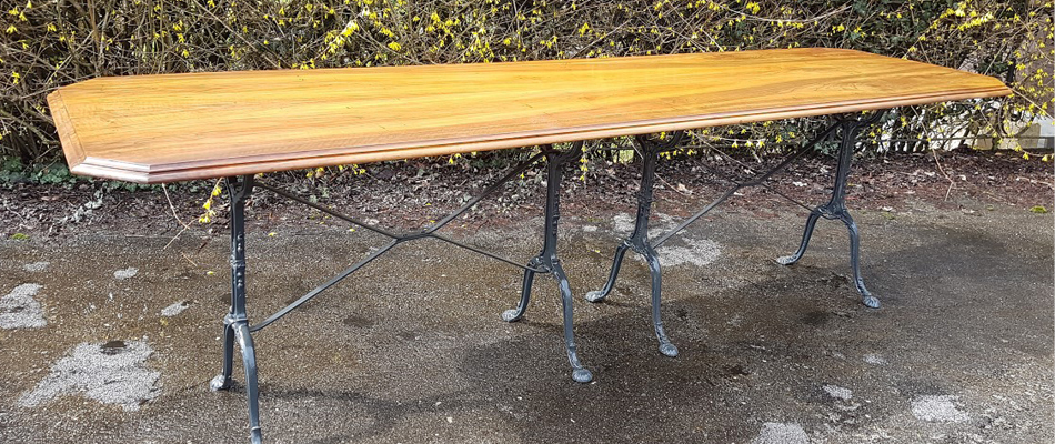 Grande table en noyer, piètement en fonte